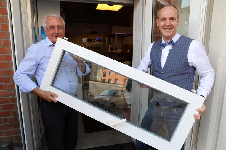 Marcel en Leo Declerck met het raam dat uit de scharnieren werd gehaald.