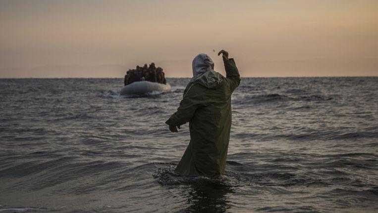 Vluchtelingen voor de kust van het Griekse eiland Lesbos. Beeld ap