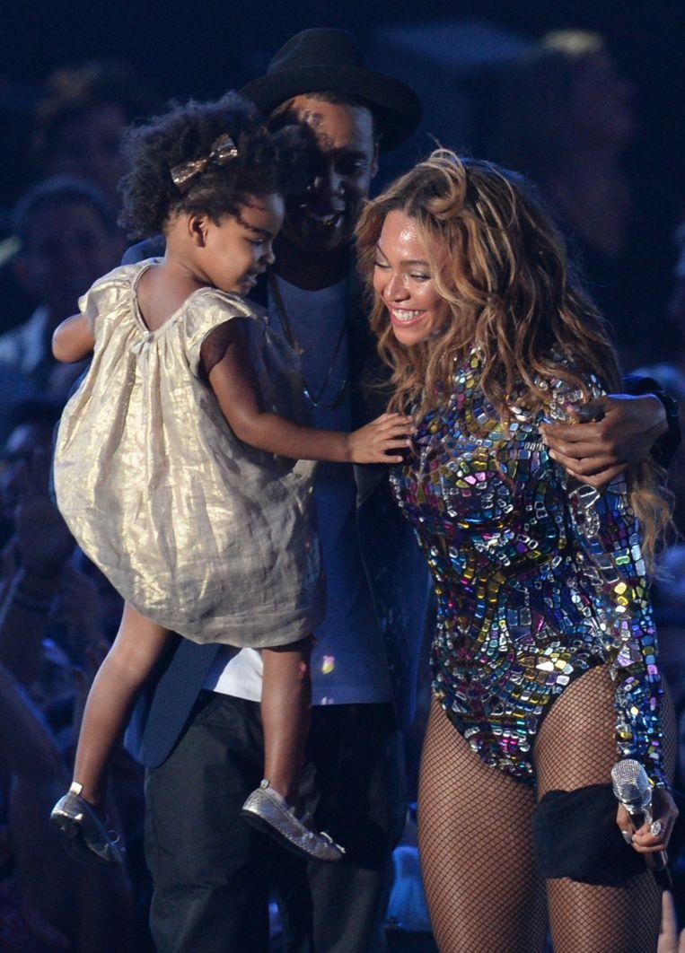 Beyoncé met man Jay-Z en dochter op het podium. Beeld epa