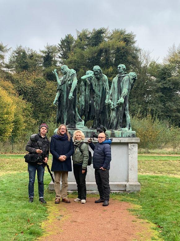 Met filmcrew bij 'De burgers van Calais' van Auguste Rodin in het Museum van Mariemont.