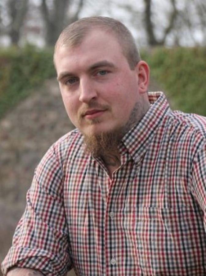 Straf voor Duitse politicus om nazi-tattoo op rug   Foto