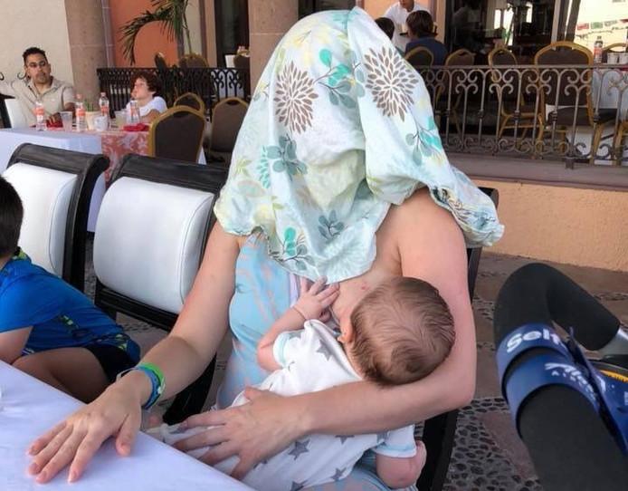 Melanie met haar baby.