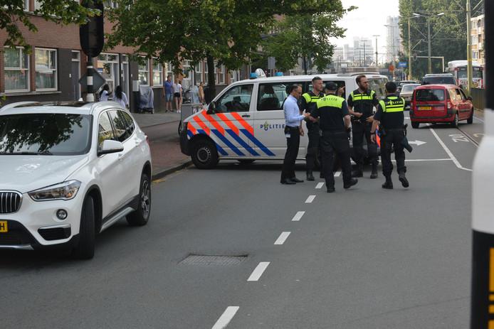 De politie doet onderzoek na de melding van de schietpartij op de Rijswijkseweg.