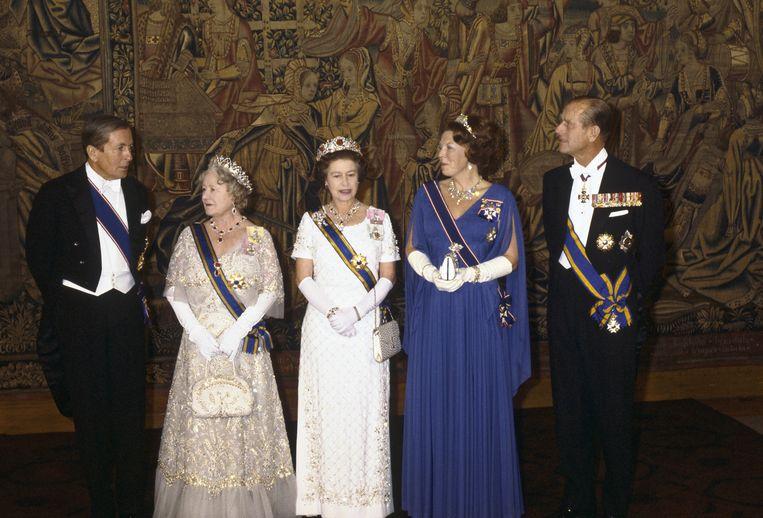 Koningin Beatrix en prins Claus op hun vierdaags staatsbezoek aan Engeland in 1982. Van links naar rechts: Prins Claus, Queen Mom, Koningin Elizabeth II, Koningin Beatrix en prins Philip poseren tijdens een diner op Hampton Court Palace in London.  Beeld ANP