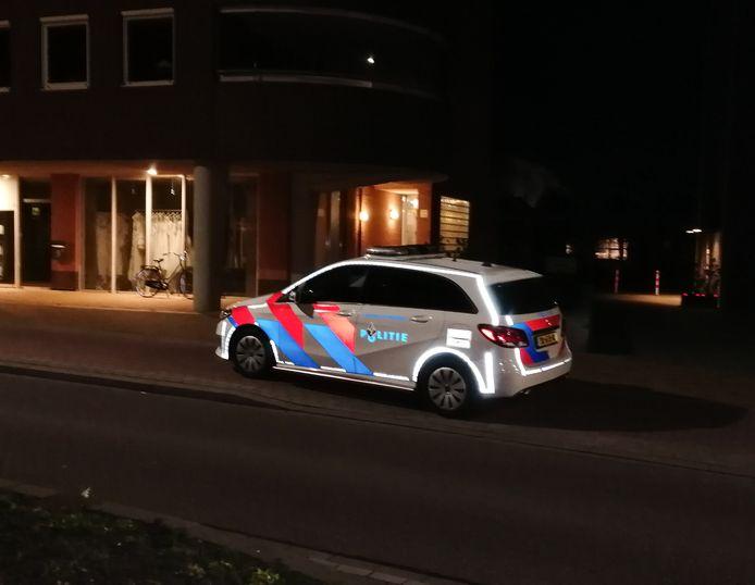 Politie bij het appatementencomplex aan de IJsselkade in Doetinchem.