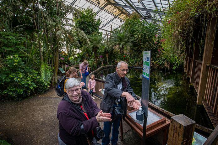 Na twee maanden sluiting gingen de deuren van de Orchideeënhoeve zaterdag in Luttelgeest weer open, tot grote blijdschap van John en Lia de Klerk uit Brabant, die voor hun handen nog even desinfecteren.