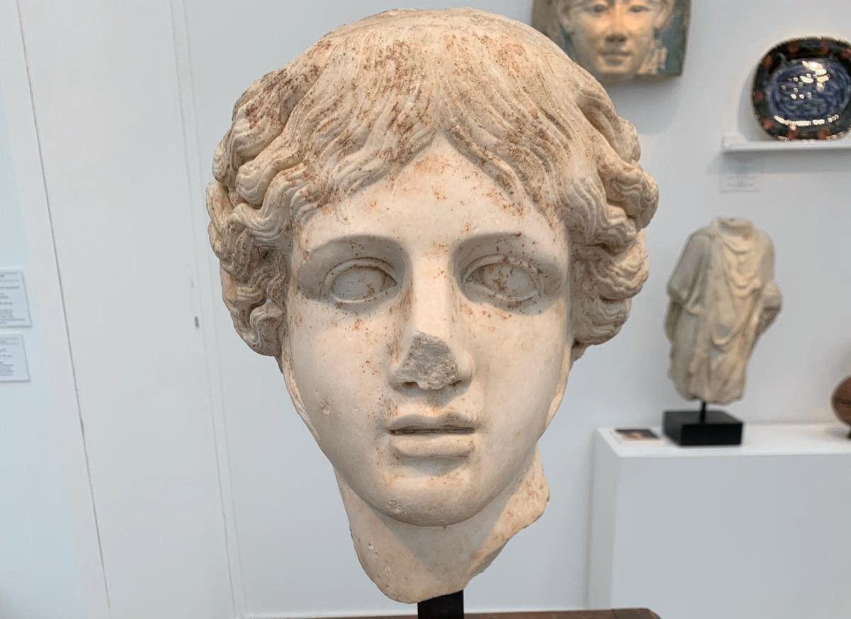 De politie heeft de twee beeldhouwwerken ingenomen. Het zou onder andere gaan om dit Romeinse hoofd van Apollo.