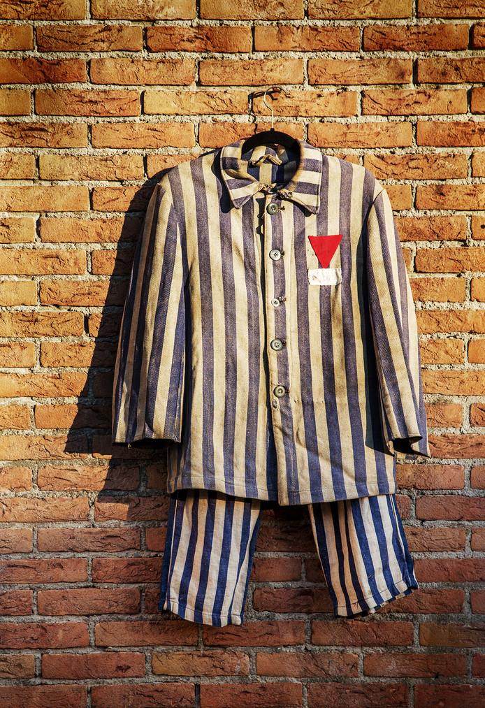 Het Dachau-pak van Pieter Kapenga wordt nog altijd bewaard door zijn familie.