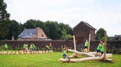 Kleuters van gemeentelijke basisschool Het Knuffeltje verkennen nieuwe speelnatuurpark in Everbeek