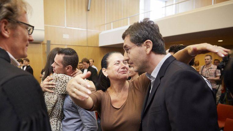 Dutchbat-tolk Hasan Nuhanovic (rechts) met nabestaanden na een uitspraak van de Hoge Raad in 2013. Beeld ANP