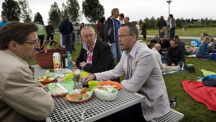 Aleid Wolfsen (L) praat met het homostel Hans(M) en Ton.