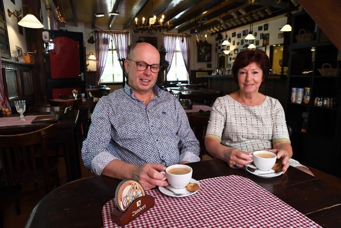 Gerard van Hassel, vriend van Jac Kustermans, en Jac's weduwe Els aan een bakske bij 't Pannehûske, waar Jac en Els samen ook vaak een drankje deden na een wandeling.