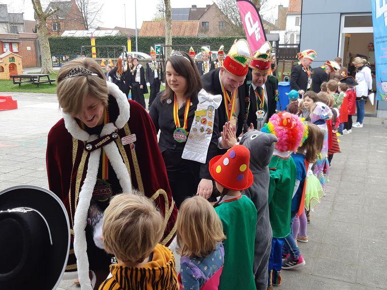 Carnavalisten trokken donderdag naar scholen en rusthuizen om feest te vieren.