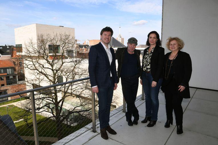 Curator Eva Wittocx (tweede rechts), hier  samen met minister Sven Gatz (Open Vld), Dirk Braeckman en schepen Denise Vandevoort (sp.a).