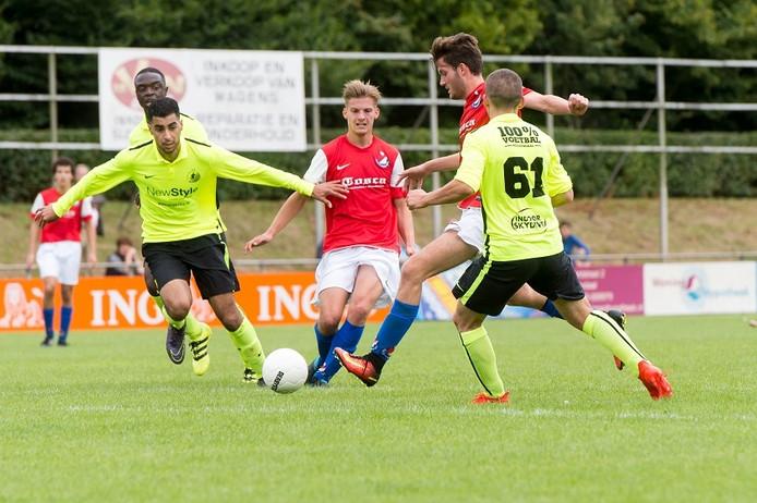 Justin Konings van Roosendaal schiet maar de bal raakt de lat.