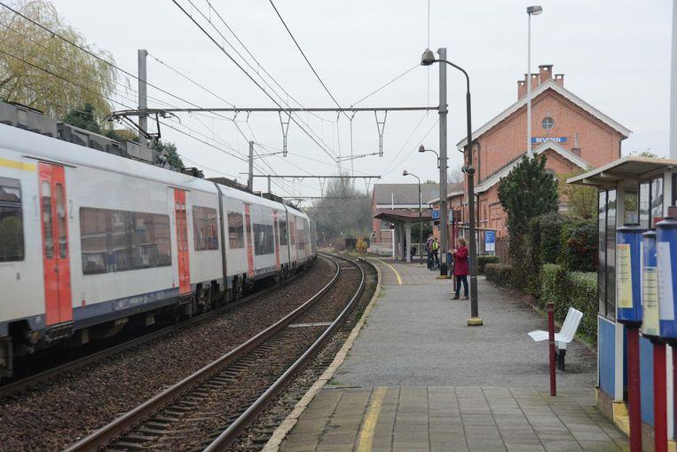 Pendelaars zien in Beveren elk uur drie IC-treinen voorbijrazen, waardoor men veertig minuten moet wachten.