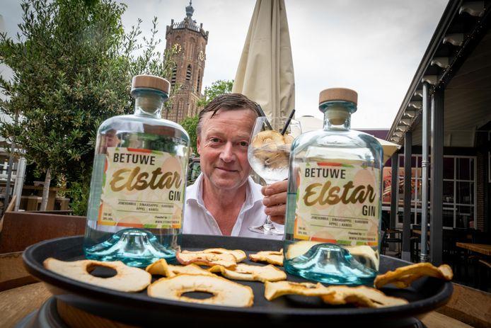 Gerard Kerkhoff met zijn Betuwe Elstar gin.