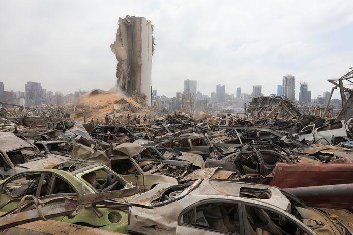 Beschadigde auto's rondom de haven van Beiroet.