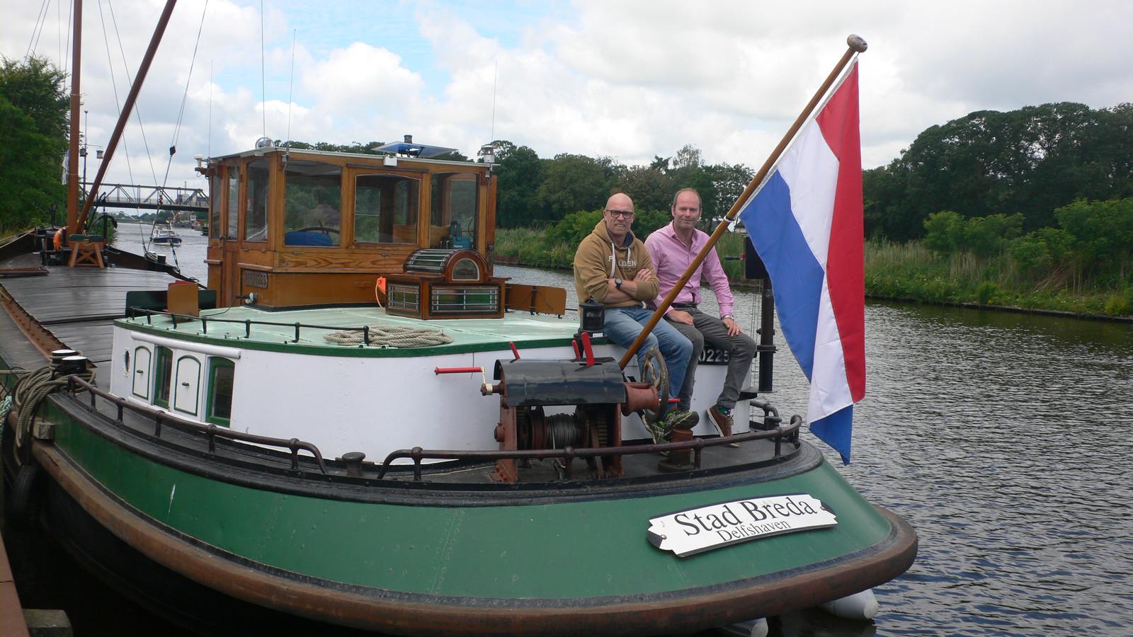 Eigenaar Hamp Harmsen (links) en Marcel Vos, die geregeld heeft dat het schip Stad Breda tijdens de Monumentendagen in september in Breda komt te liggen.