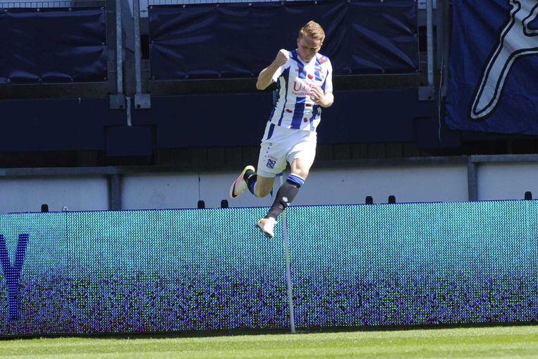 Sam Larsson viert de 1-0 voor Heerenveen. Beeld anp