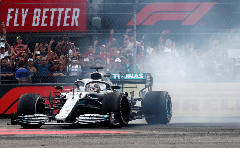Lewis Hamilton viert zijn zege in Mexico.