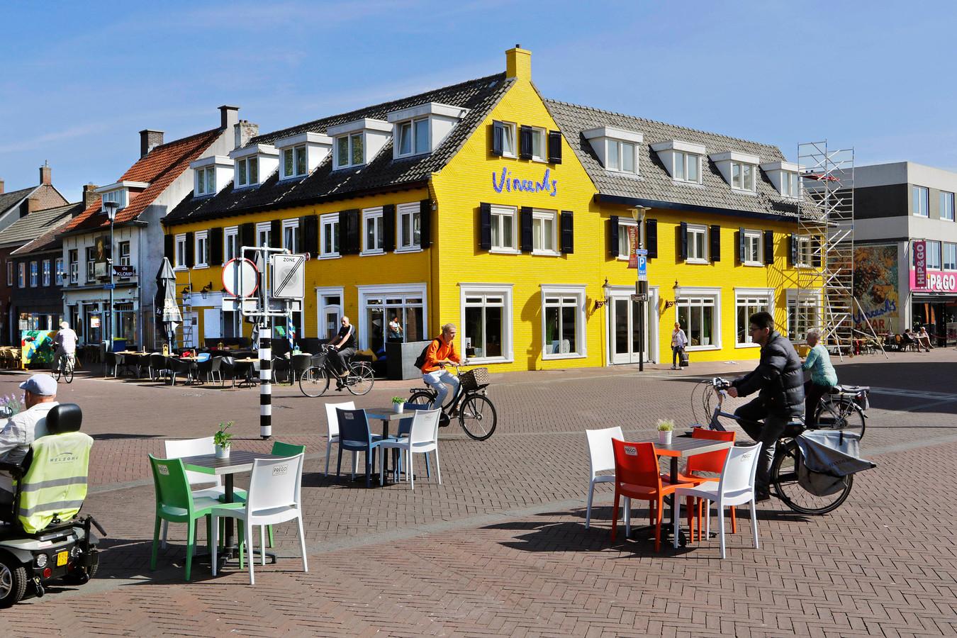 De geven val Vincents Bed & Bistro is geel geschilderd, als knipoog naar het verleden van Vincent van Gogh in Etten-Leur.
