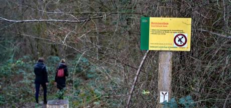 Ludiek protest met sticker: Verboden te poepen in kwetsbaar Bronnenbos