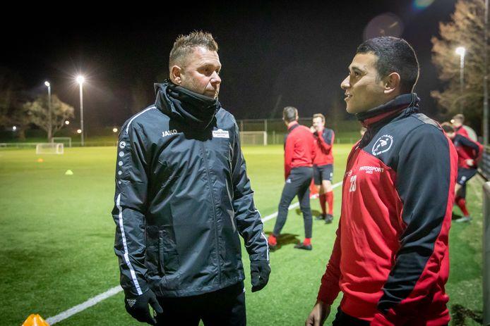 Michel Leonhart tijdens zijn eerste training bij Goes in gesprek met Jarreau Manuhuwa (rechts), die volgend seizoen bij ASWH speelt.