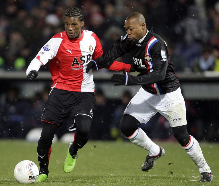 19 december 2009. Feyenoord -Willem II. GeorginioWijnaldum (links) in duel met Kargbo. Feyenoord wint met 1-0. Eén treffer onder de eis van de fixers. Beeld anp