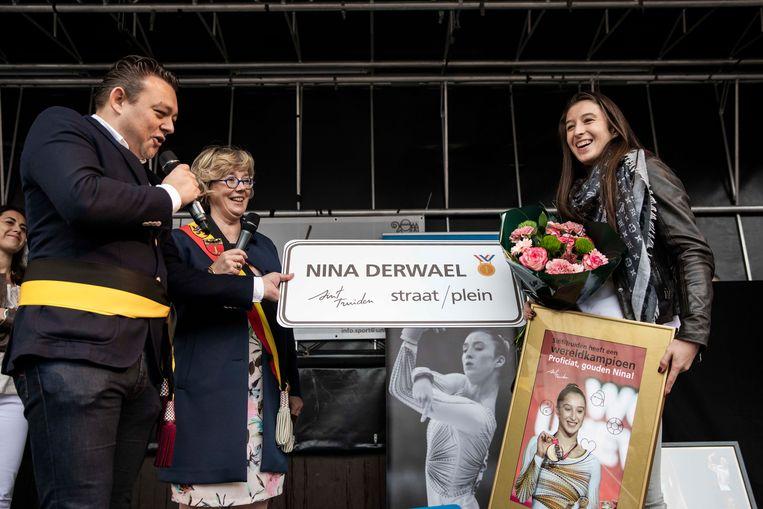Nina ontvangt uit handen van schepen van Sport Carl Nijssens haar eigen straatnaambord.