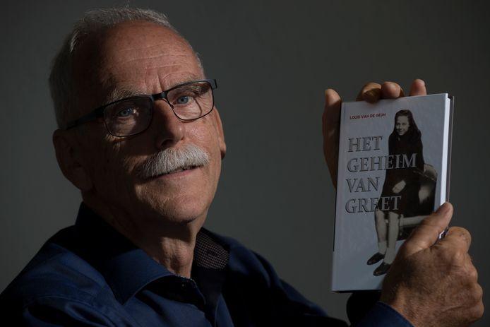 Louis van de Geijn met zijn boek over Greet.