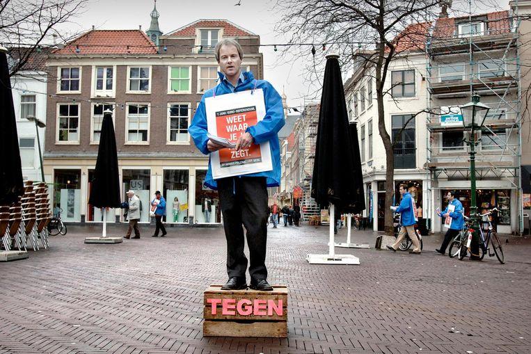 2005 - Van Bommel voert actie op de Grote Markt in Den Haag om kiezers ervan te overtuigen bij het referendum tegen de nieuwe Europese grondwet te stemmen. Beeld Joost van den Broek