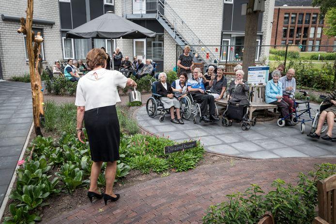 Burgemeester Elly Blanksma opent de nieuwe beleeftuin bij Keyserinnedael.
