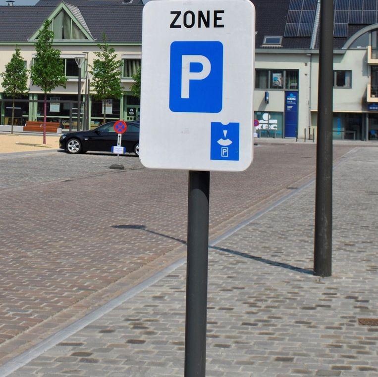 Op Dorp mag je twee uur gratis parkeren.