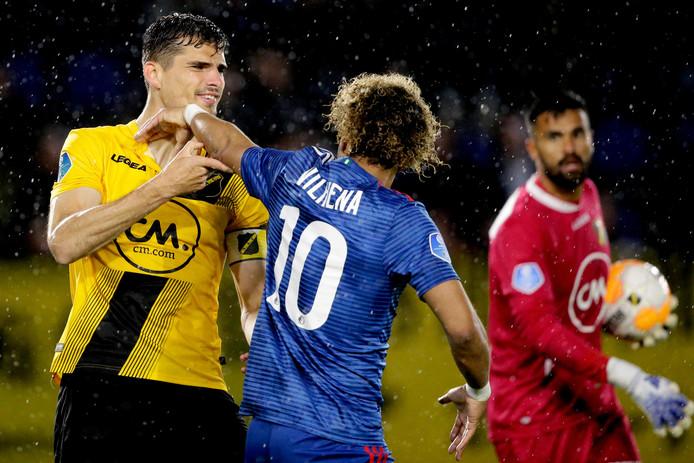 Een opstootje tussen NAC-aanvoerde Menno Koch en Feyenoorder Tonny Vilhena.