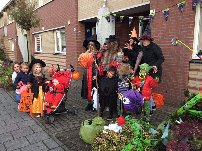 Zo'n 350 kinderen gingen zaterdagavond in Uden van deur tot deur.