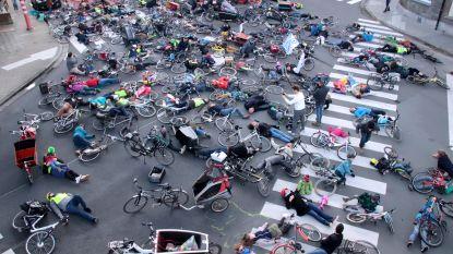 200 fietsers blijven 'voor dood liggen' op kruispunt in Sint-Amandsberg voor concrete maatregelen voor veiliger verkeer