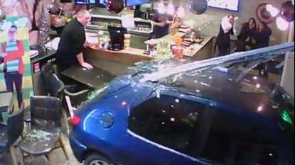 VIDEO: Oeps handrem vergeten... auto knalt frituur binnen