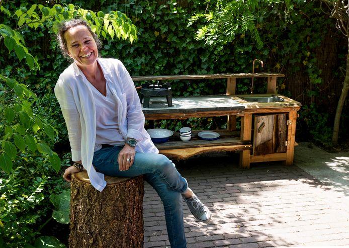 Antoinette Blok uit Bilthoven bouwt boomhutten.