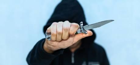 Duo met mondmasker aan bedreigt voorbijgangers met mes en berooft hen