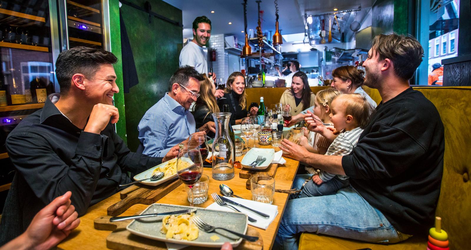 Italiaanse taferelen in het drukke en gezellige restaurant.