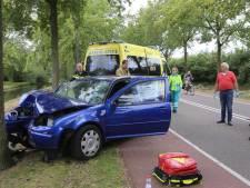 Auto botst tegen boom in Vught, twee gewonden