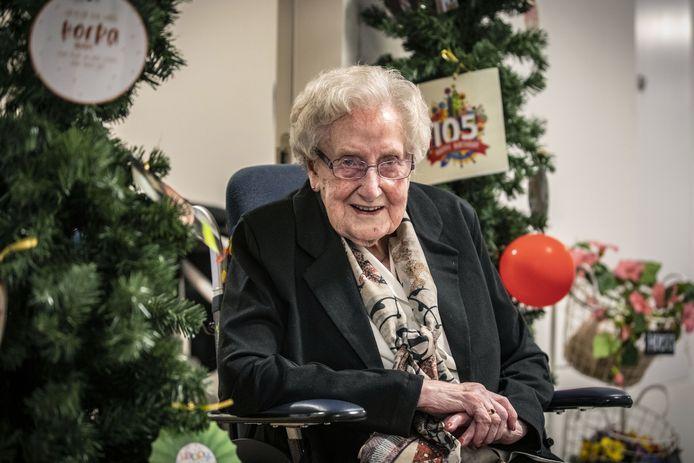 """De jarige Marie Wesselink vindt het onvoorstelbaar dat ze er nog is. """"Ik kan niet geloven dat ik echt al 105 jaar ben. Zoveel ziektes, zelfs kanker heb ik gehad."""""""