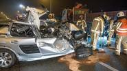 Vrouw zwaargewond na crash tegen geparkeerde vrachtwagen