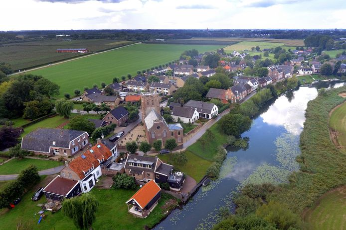 Acquoy ligt aan een bocht van de rivier De Linge. Vanuit de lucht is goed te zien hoe pittoresk het dorp is.