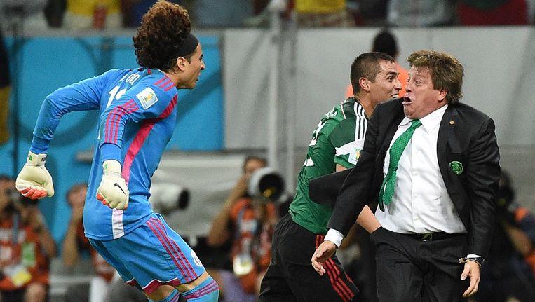 Mexico's keeper Guillermo Ochoa (L) en coach Miguel Herrera (R) vieren een doelpunt tijdens de wedstrijd tegen Kroatië Beeld anp