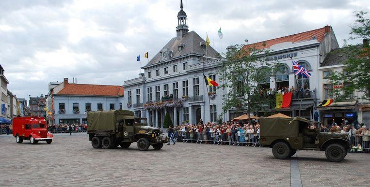 Ronse herdenkt de bevrijding van de stad onder met een optocht van militaire voertuigen.