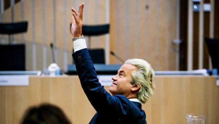 Populisten benadrukken hun band met het volk, zoals Geert Wilders die hier naar de publieke tribune zwaait van het gerechtshof in Den Haag Beeld ANP