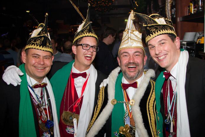 Opperraad Jorg Kuypers, adjudant Rens van den Elzen, Prins Wénèr de XXe (David Zijlmans) en adjudant Frans van Woerkum 'gaon ut efkes aanders doen'.