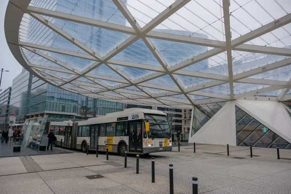 De bussen van De Lijn zullen hun reizigers voortaan oppikken aan het Rogierplein.